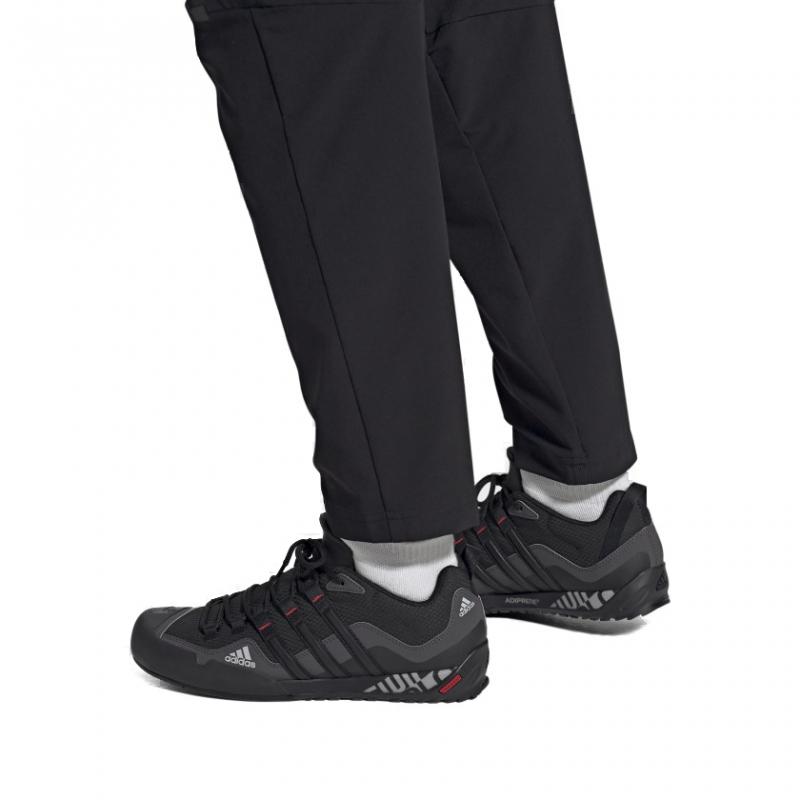 Pánska nízka turistická obuv ADIDAS-Terrex Swift Solo grey six/core black/scarlet -